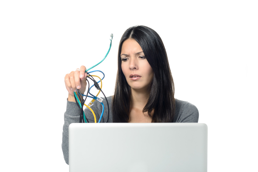 Frau im Bro hlt Kabel vom Computer